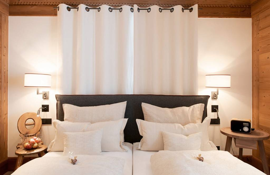 chalet-lech-luxuschalet-am-arlberg-lech-lodge-doppelbett_02