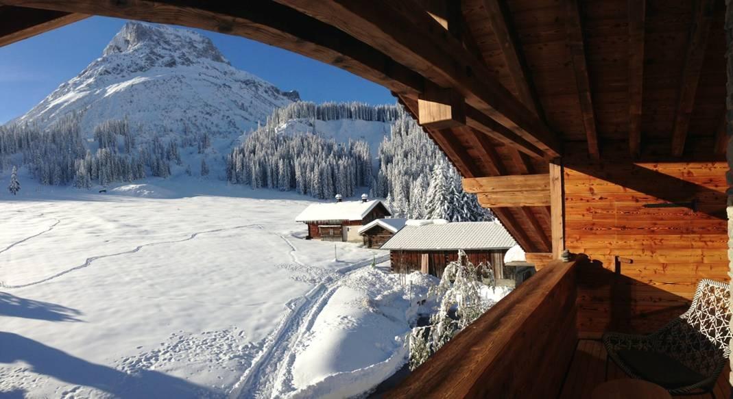 Ausblick auf die Schneelandschaft am Arlberg von der Terrasse der Lech Lodge