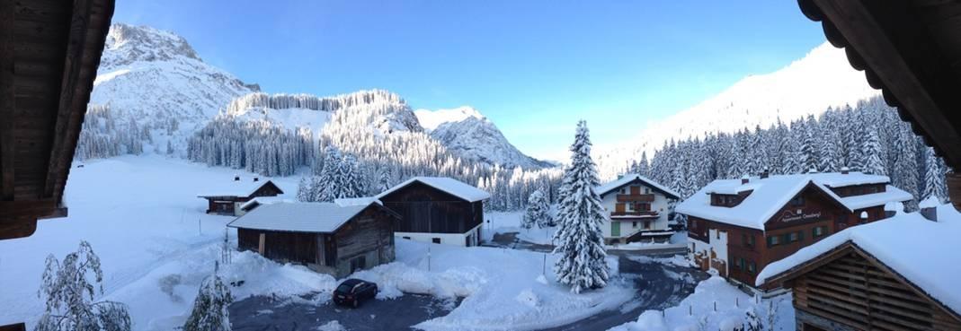 Ausblick von der Lech Lodge auf das verschneite Lech