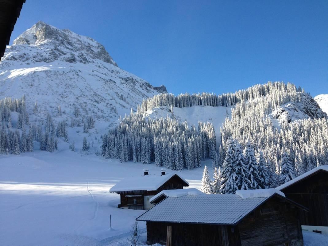Schneelandschaft an einem sonnigen Tag im Oktober in Lech am Arlberg
