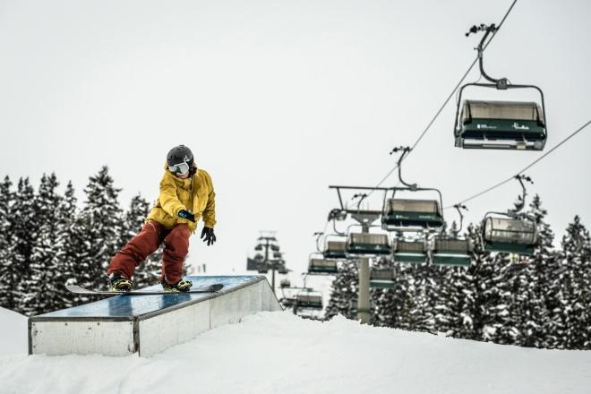 Snowboarder beim Freestylen im Snowpark Lech am Schlegelkopf