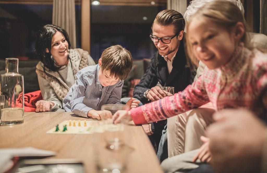chalet-lech-luxuschalet-am-arlberg-lech-lodge-luxusferienwohnung-abend-familie-wohnzimmer