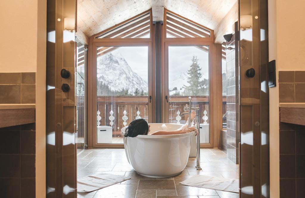 chalet-lech-luxuschalet-am-arlberg-lech-lodge-luxusferienwohnung-badewanne-etspannen-aussicht