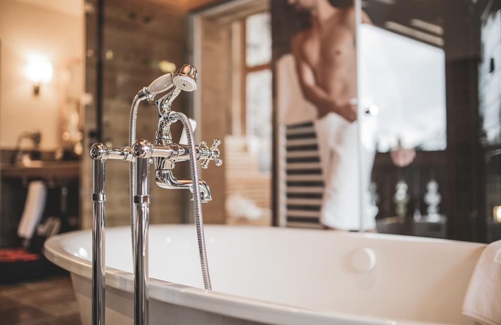 chalet-lech-luxuschalet-am-arlberg-lech-lodge-luxusferienwohnung-badezimmer-badewanne-sauna