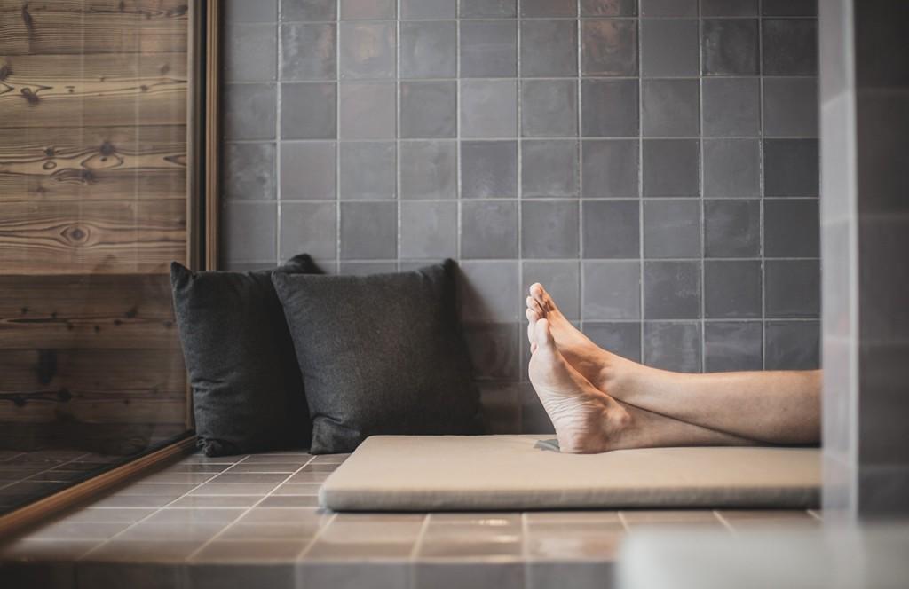 chalet-lech-luxuschalet-am-arlberg-lech-lodge-luxusferienwohnung-badezimmer-entspannen-fuesse-polster-gemuetlich