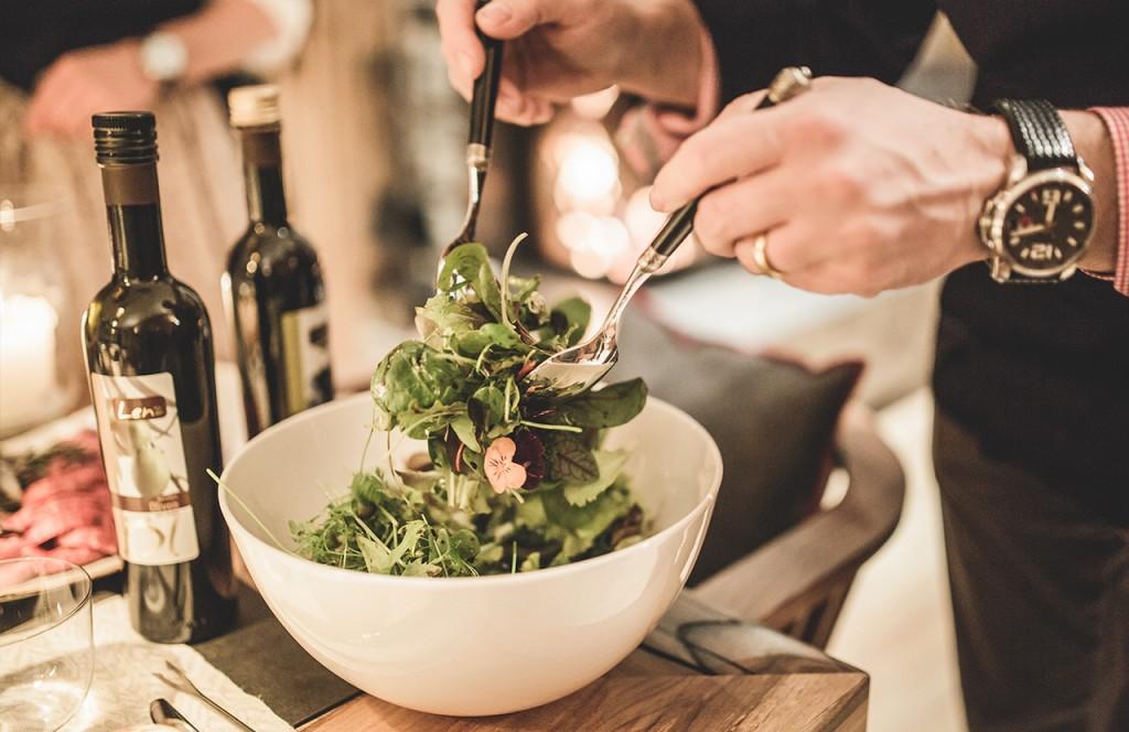 chalet-lech-luxuschalet-am-arlberg-lech-lodge-luxusferienwohnung-kueche-salat-zubereitung