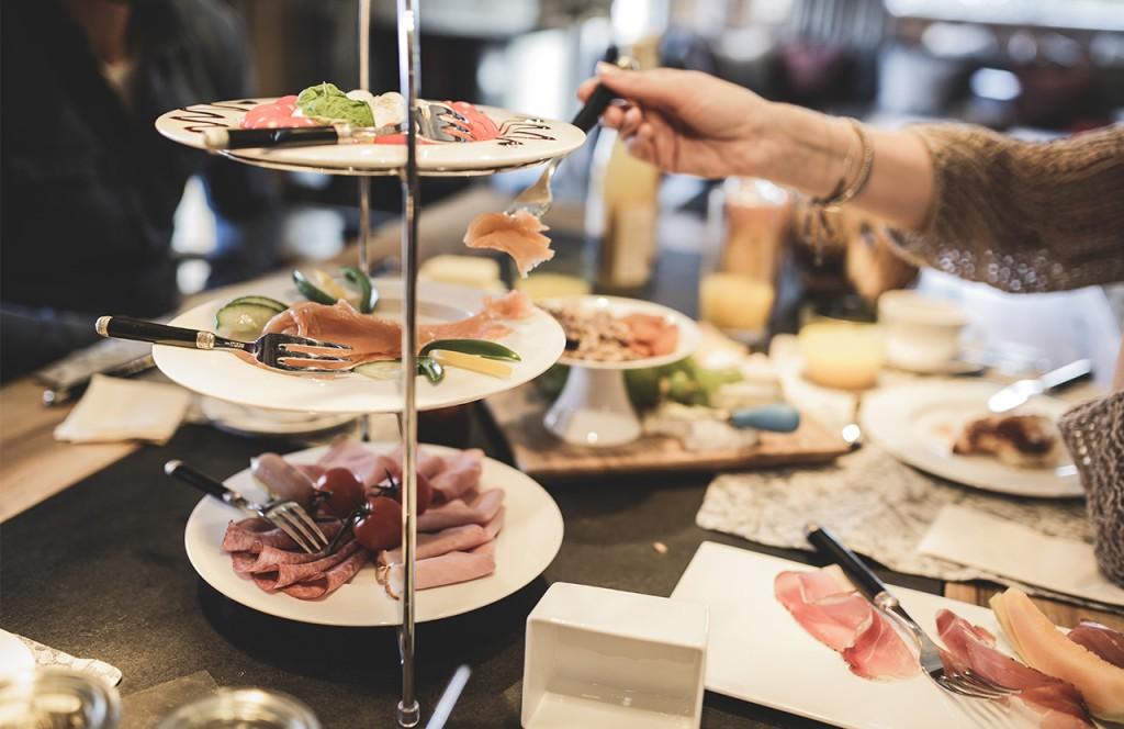 chalet-lech-luxuschalet-am-arlberg-lech-lodge-luxusferienwohnung-sonntag-essen-speisen-wurst-lachs-buffet