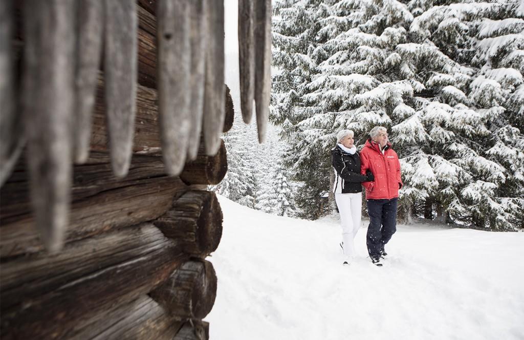 chalet-lech-luxuschalet-am-arlberg-lech-lodge-luxusferienwohnung-sonntag-spazieren-spaziergang-schnee-winter-natur