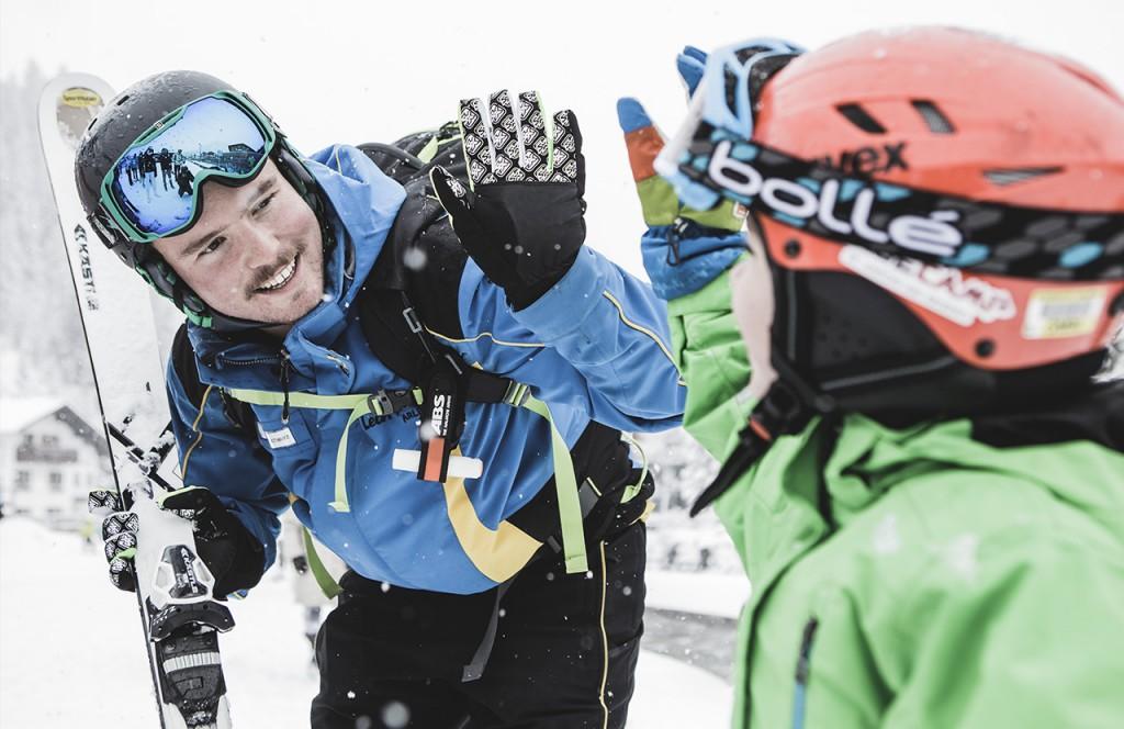 chalet-lech-luxuschalet-am-arlberg-lech-lodge-luxusferienwohnung-winter-montag-skilehrer-kind-skifahren