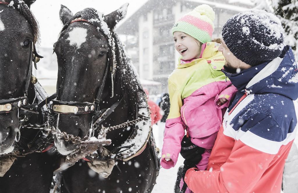 chalet-lech-luxuschalet-am-arlberg-lech-lodge-luxusferienwohnung-winter-pferde-kutsche-kind