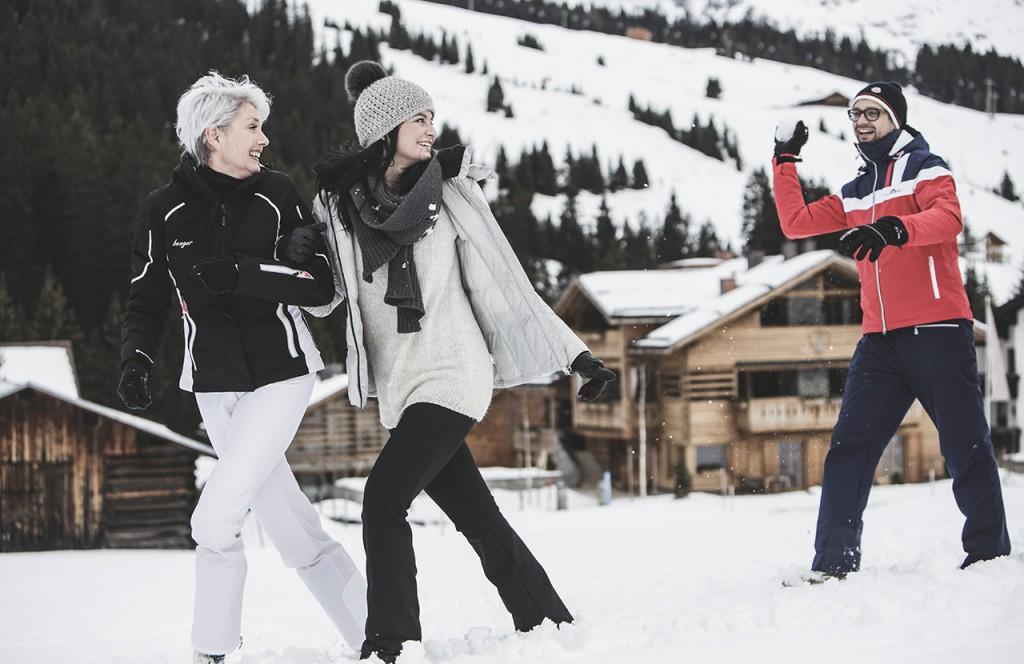 chalet-lech-luxuschalet-am-arlberg-lech-lodge-luxusferienwohnung-winter-schneeballschlacht-natur-landschaft